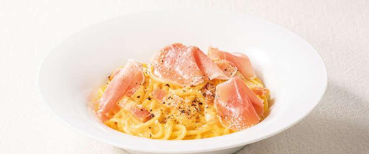 生ハムとベーコンの4種チーズのカルボナーラ 988円(税込)